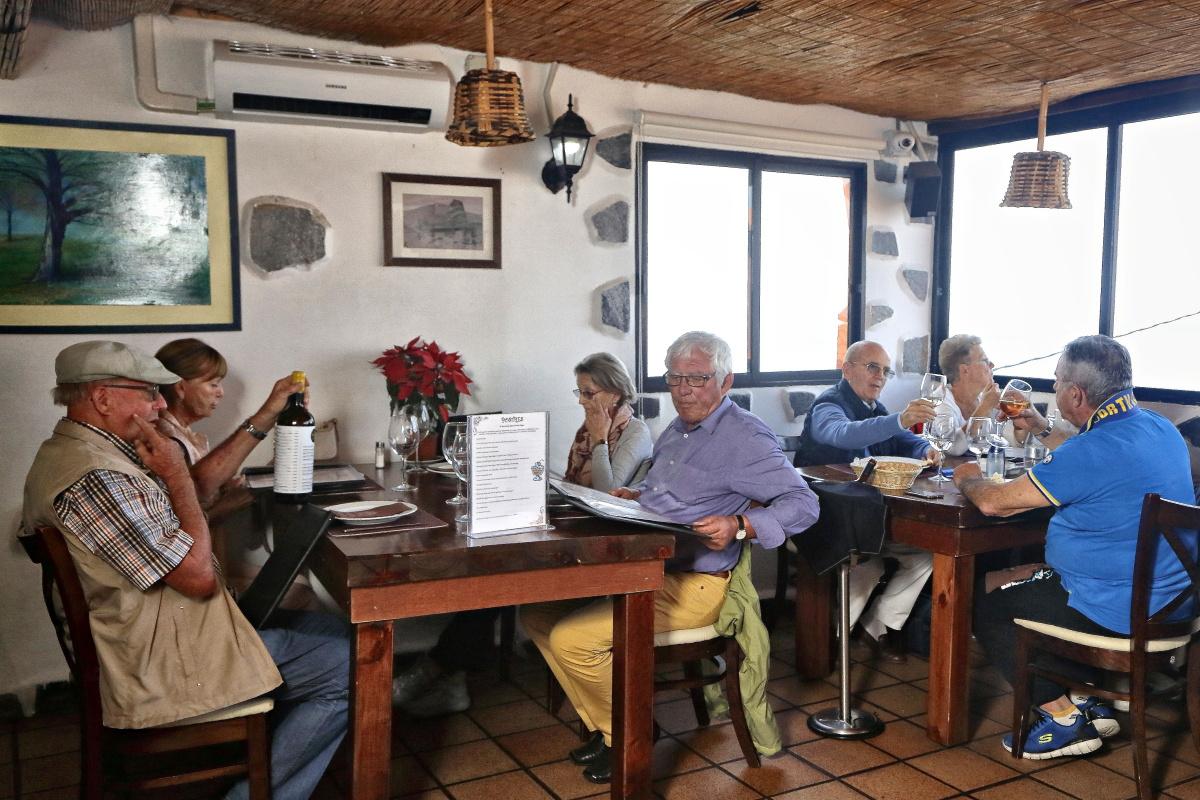 El salón de la segunda planta, junto a la cocina, donde es habitual la clientela de la zona.