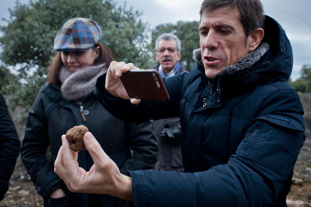 Uno de los invitados inmortaliza la trufa que José Luis acaba de encontrar.