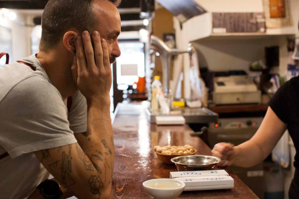 Iván Domínguez disfrutando de una conversación con los dueños de la tasca O Tarabelo
