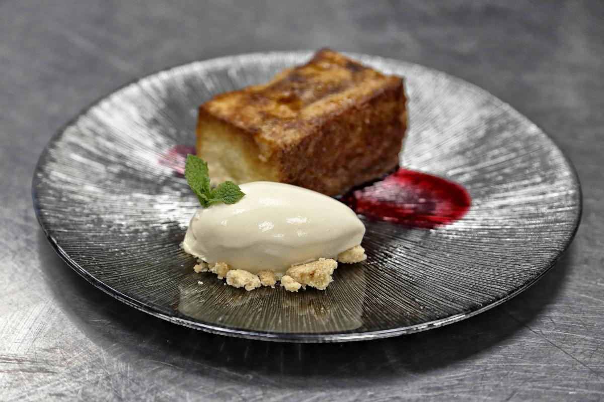 Esta apetecible torrija caramelizada con helado de canela es uno de los postres más afamados del local.