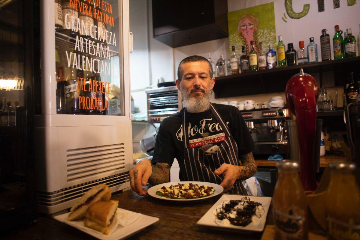 Lorenzo, uno de los socios, preparando algunas de las tapas que se acompañan de cervezas artesanas, vinos ecológicos y cócteles.