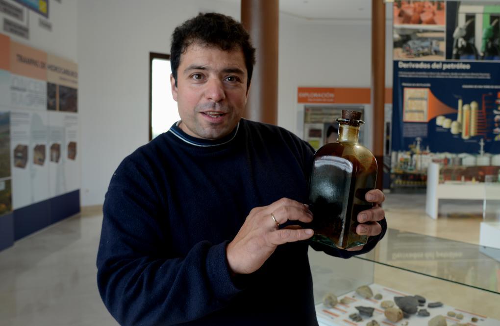 Carlos Gallo, alcalde de Sargentes de la Lora muestra un frasco de oro negro extraído del campo petrolífero.