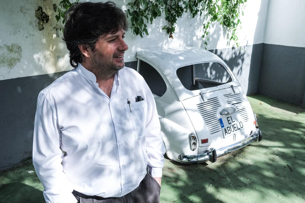 Carlos Javier Paz, el dueño del restaurante, posa en una de las zonas de su negocio.