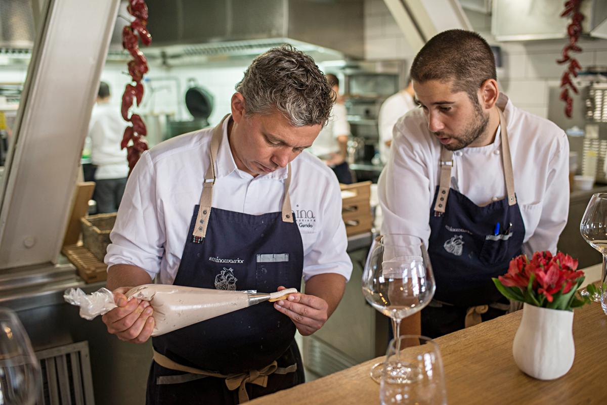 Álvaro Garrido trabajando en la cocina del restaurante Mina