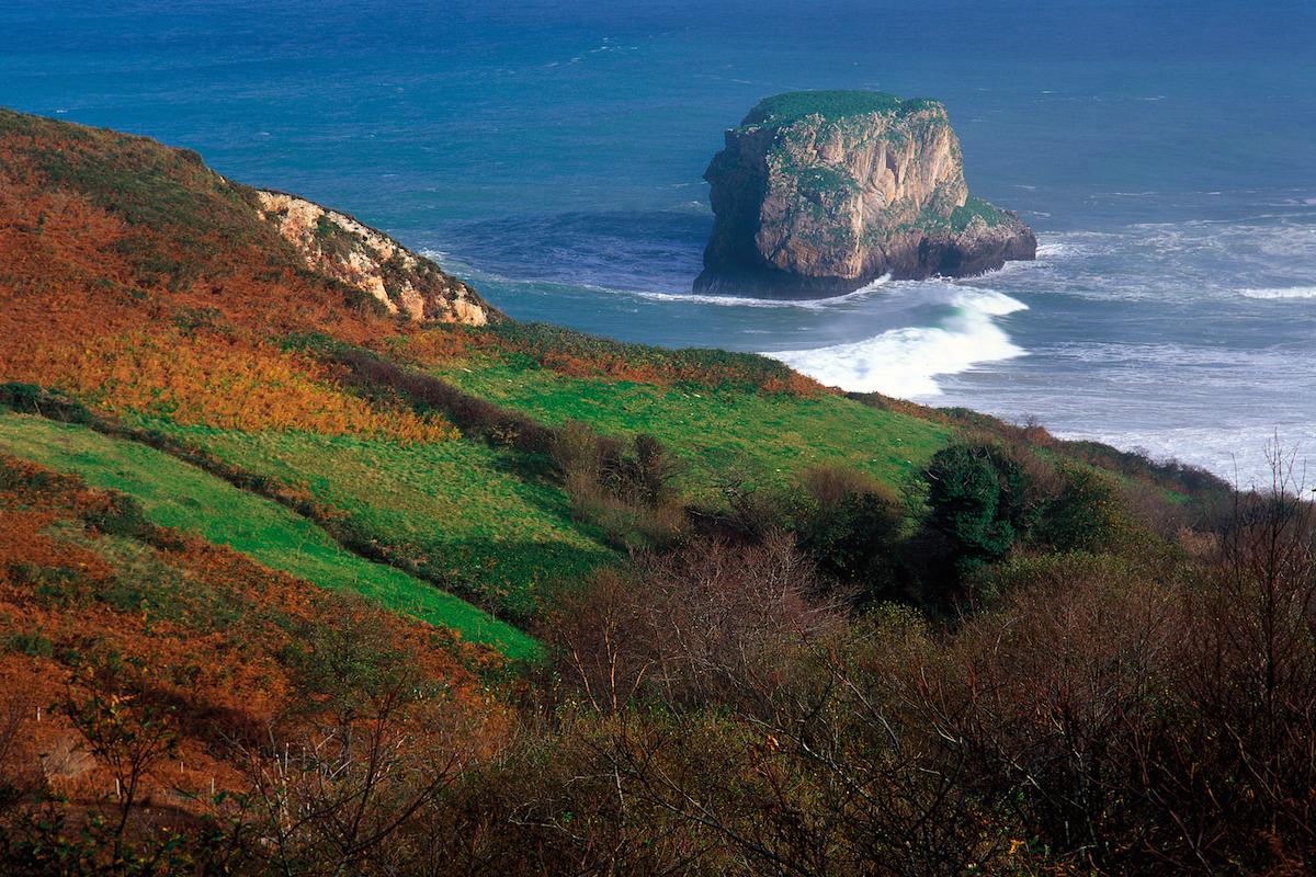Islote rocoso frente a una zona de acantilados en la costa asturiana