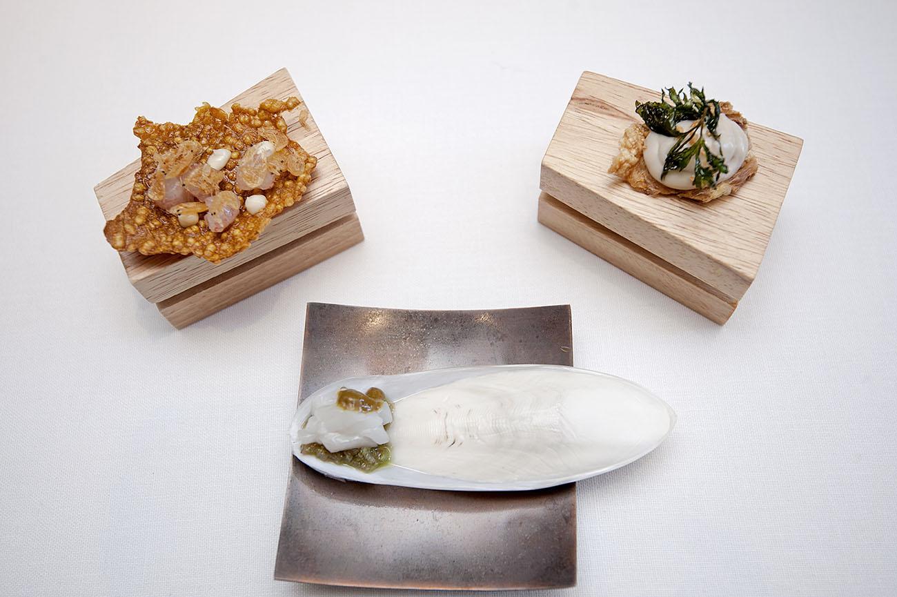 Tres snacks del menú del día: arroz a banda, sepia a la plancha y pollo al ajillo.