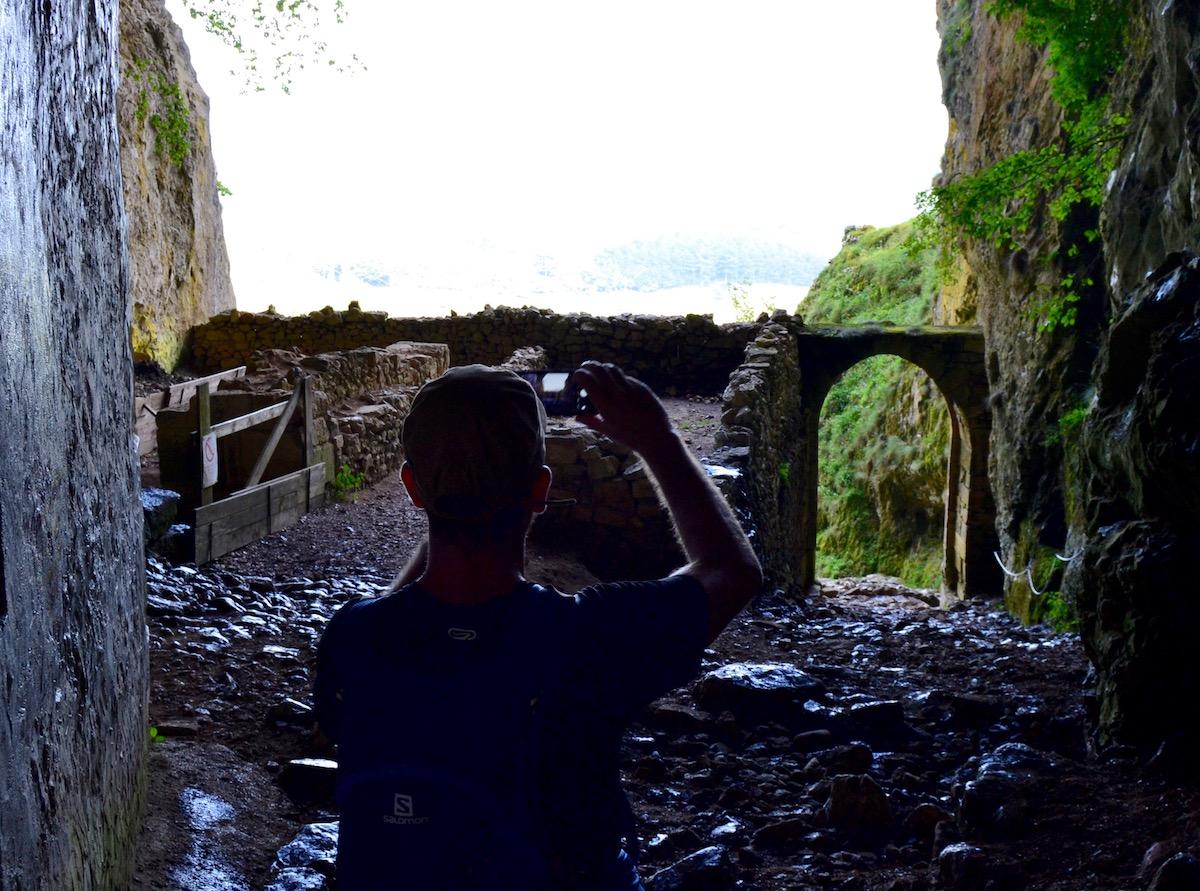 Fotografiando la puerta de San Adrián desde la cueva.