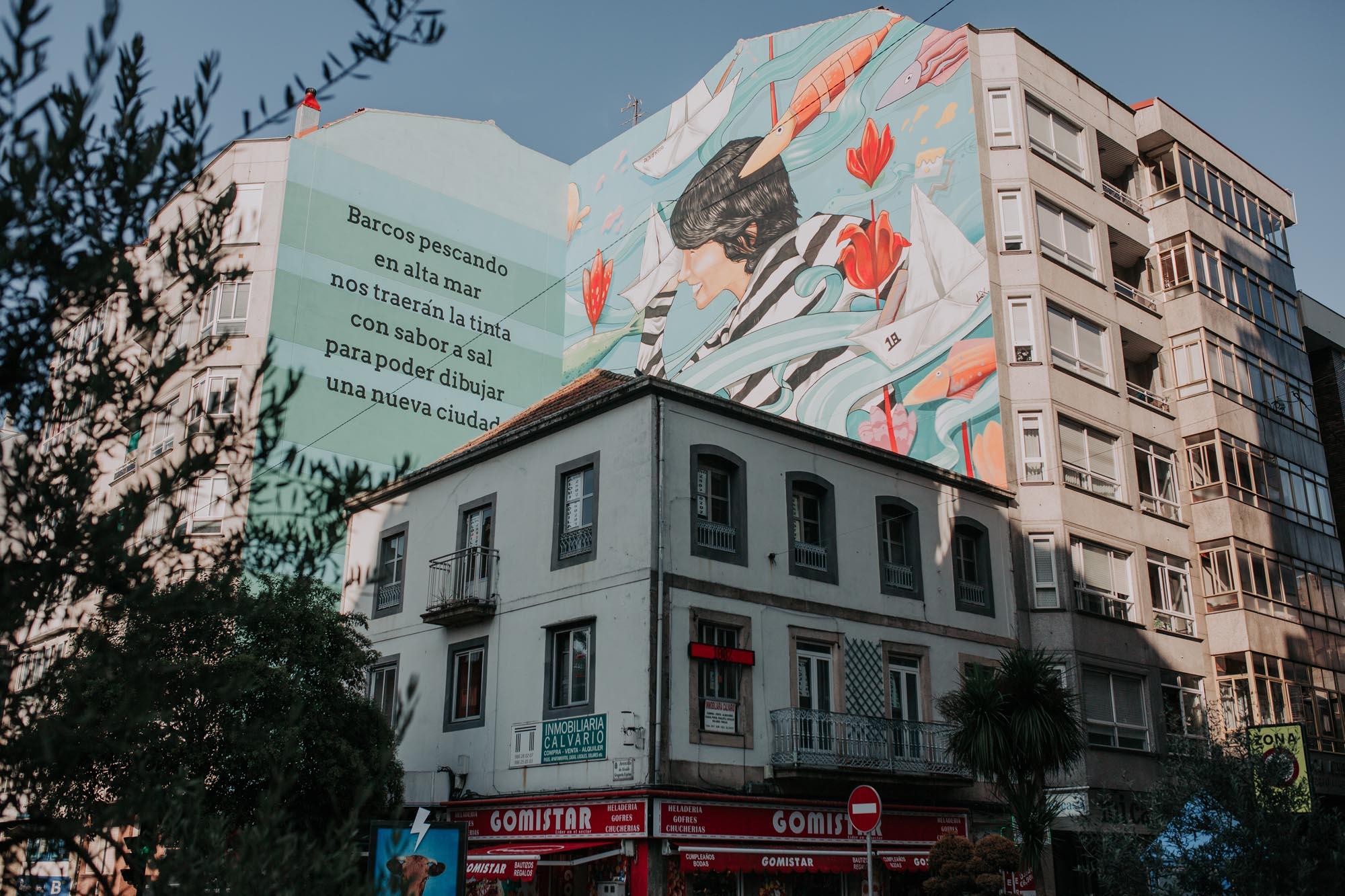 Vista del mural de Proyecto Ewa con los versos de Alejandro Fernández.