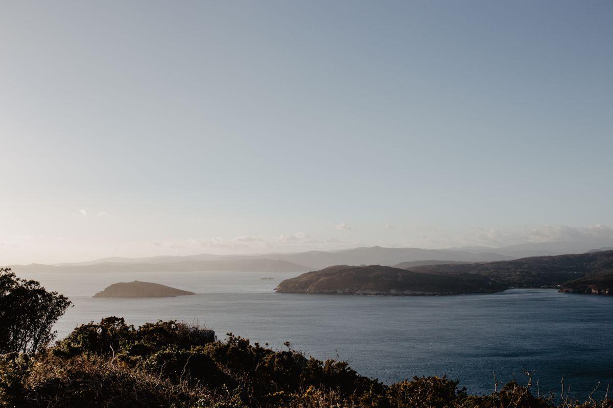 Vistas de la entrada de la ría do Barqueiro desde el Hotel Semáforo de Bares, en Mañón, A Coruña.