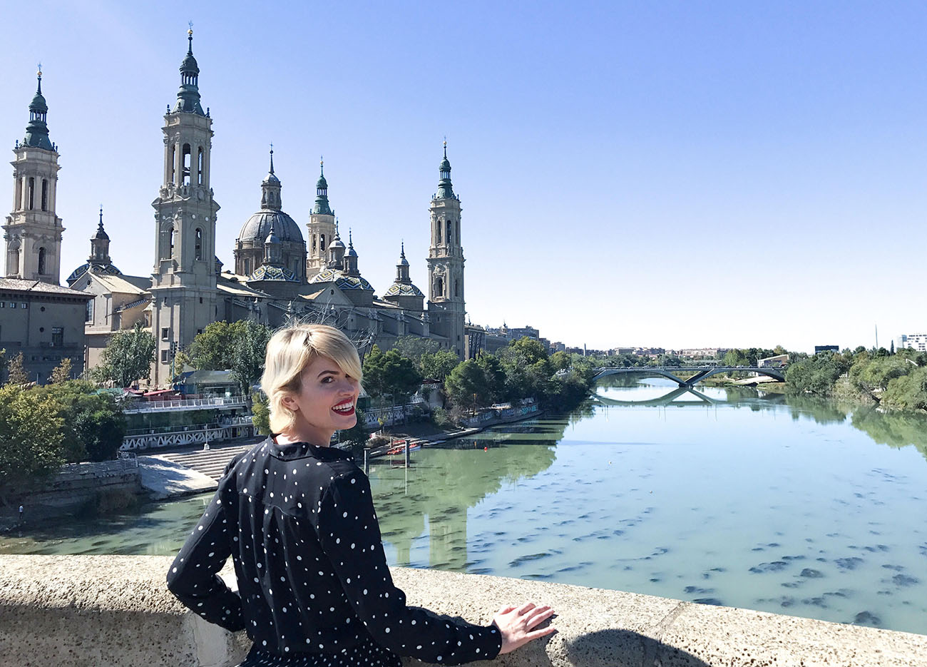 Adriana Abenia frente a la Basílica del Pilar en Zaragoza. Foto cedida