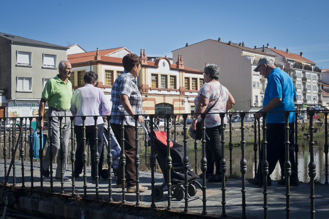 Toca volver a casa cruzando el puente sobre la ría, con el mercado construido en los años 50 al fondo.