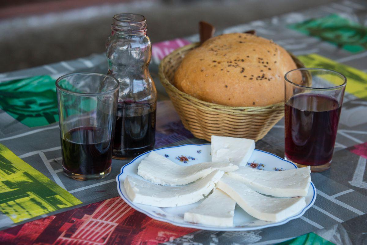 Plato de queso de Valsequillo de la Isla de Gran Canaria, junto al vino del guachinche Bodega El Zacatín, en Tenerife.