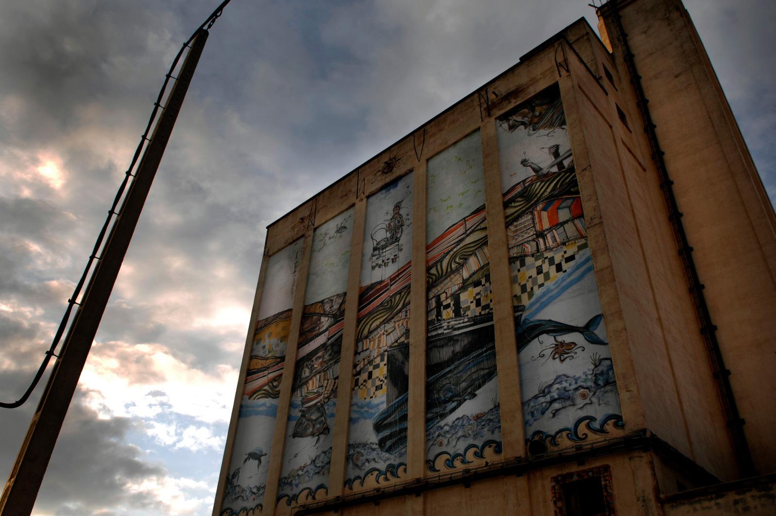 Representación del buque Sinaia en la fachada del silo de cereal. Foto: Manuel Ruiz Toribio.