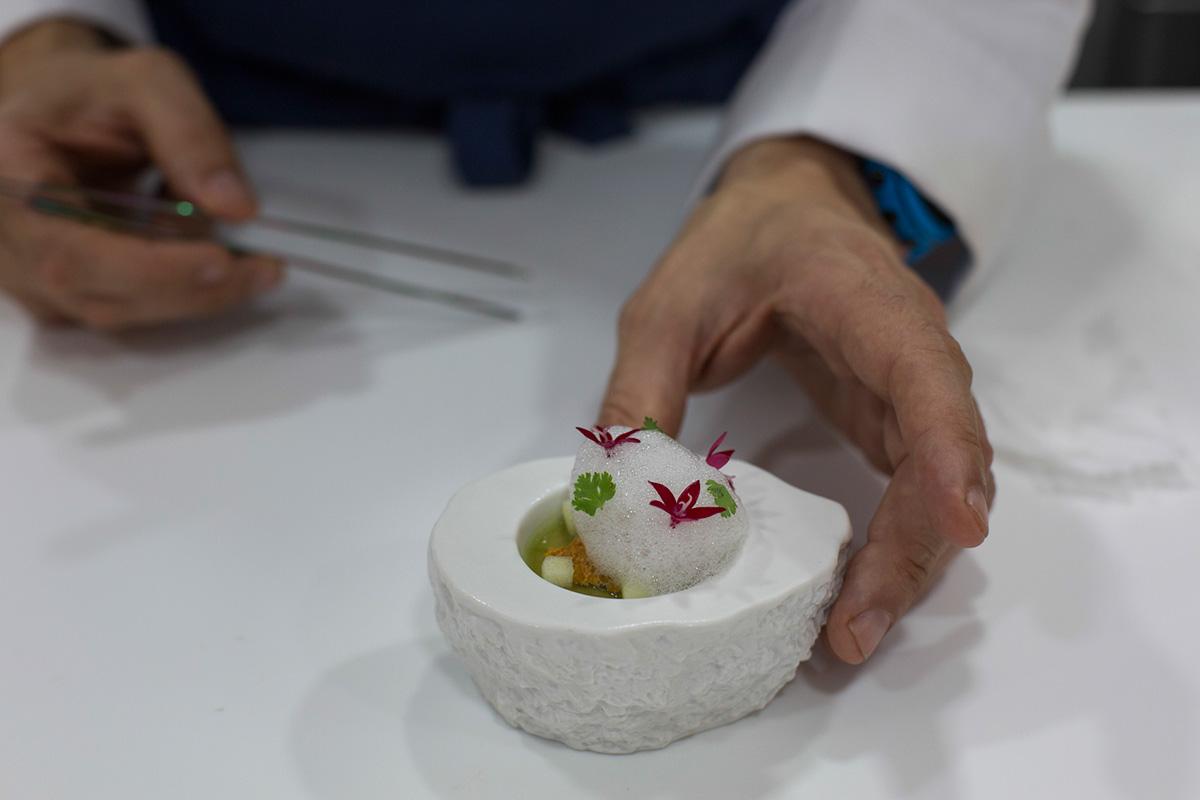 El cocinero trabajando en uno de sus platos: Erizo de mar Royal con velo de apio y aire de lima.