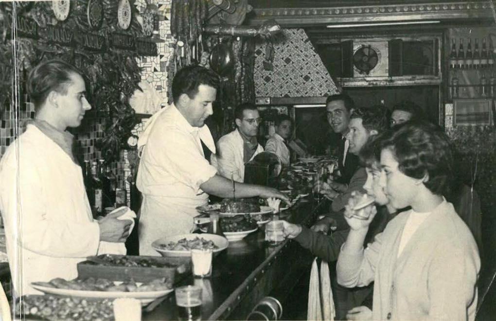 Clientes en Bodegas Almau en la década de los sesenta del siglo XX. Foto: Facebook.