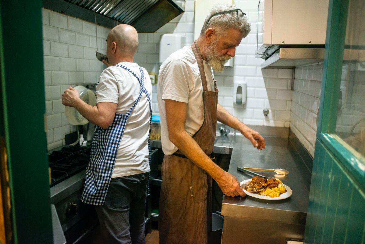 Fernando Lasala y Scott Preston de 'Los Chuchis Bar', en Lavapiés (Madrid) trabajando en su pequeña cocina.