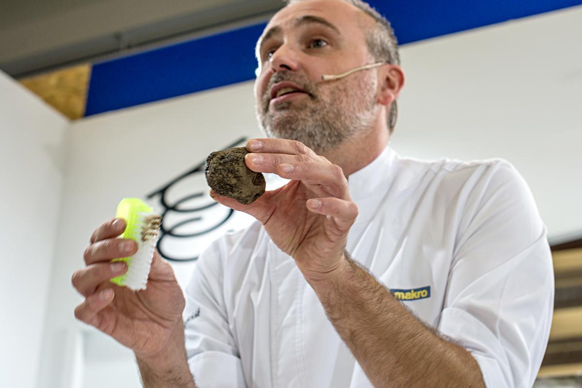 Rodrigo enseña al público a limpiar una trufa en condiciones.