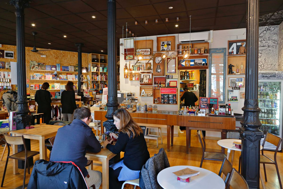 La cafetería es otro motivo para pasarte por aquí.