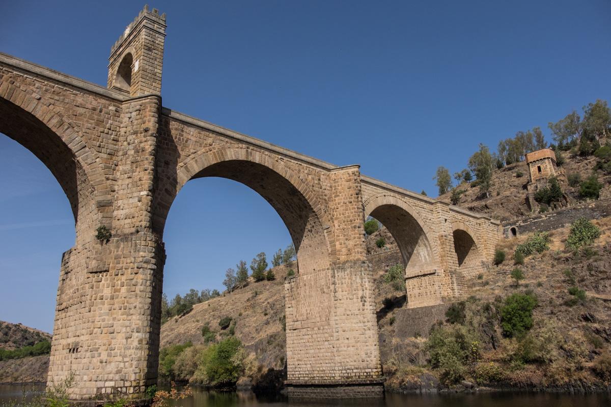 El pueblo podría, pero no lo hace, quedar eclipsado por su impresionante puente romano.