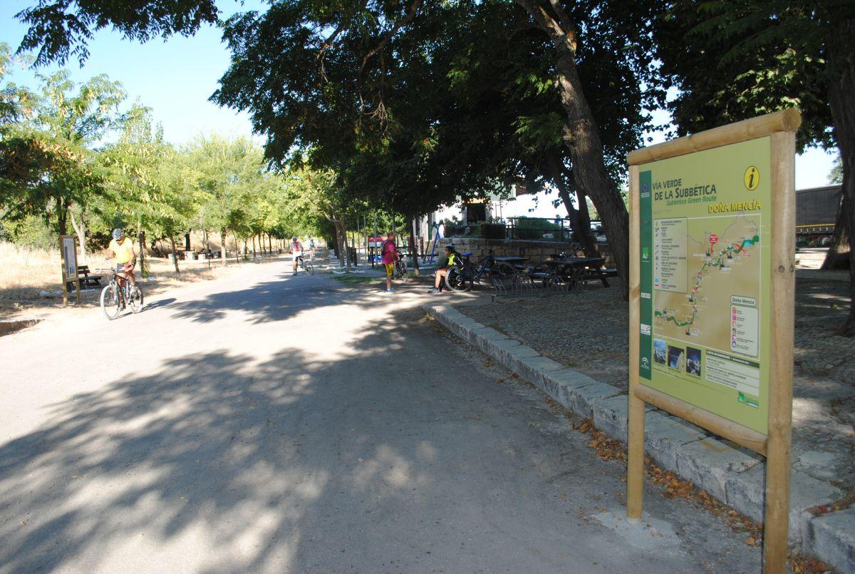 Ciclistas, corredores, paseantes van o vienen por la vía verde en una de las dos direcciones: hacia Luque o hacia Cabra.