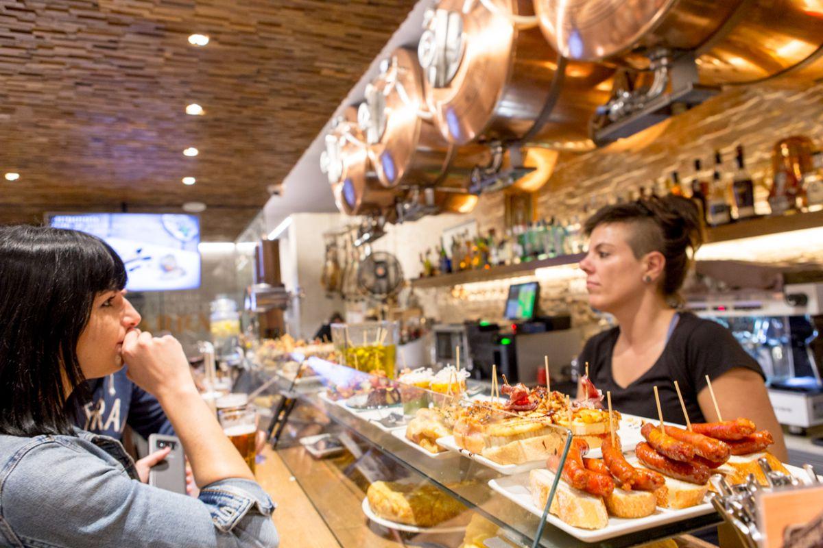 La nutrida barra del 'Iruñazarra' es célebre en Pamplona.