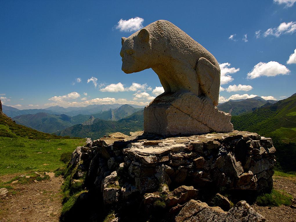 La estatua del oso también mira a Picos de Europa. Foto: Simon Wilkinson. Flickr.