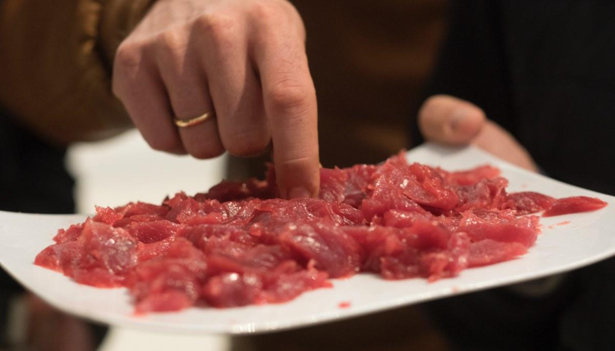El público pudo degustar un 'sashimi' del atún rojo. Foto cedida.