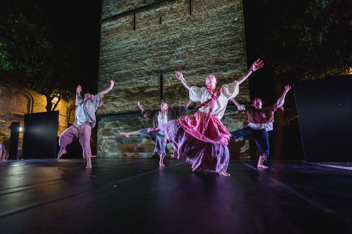 Bailarines actuando junto a la Torre de Don Fadrique en Sevilla.