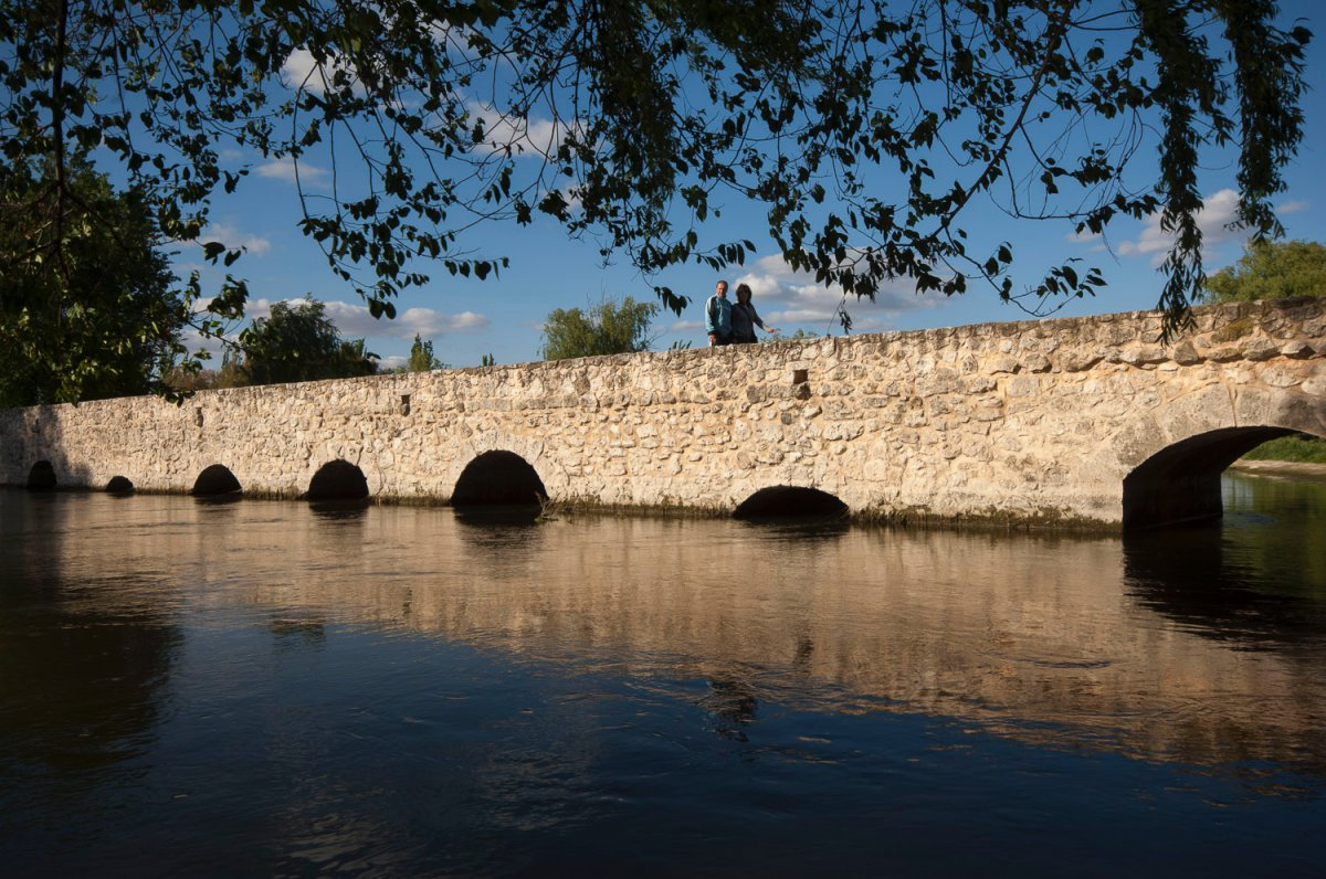 El puente romano sobre el río Cigüela, con 46 ojos irregulares.