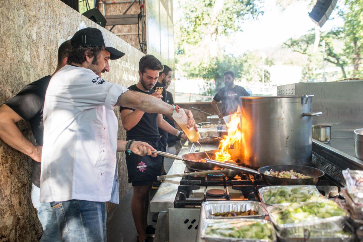 Diego Guerrero cocina junto a su equipo en la edición de 2017 del Festival PortAmérica en Caldas de Reis, Pontevedra. Foto: PortAmérica.