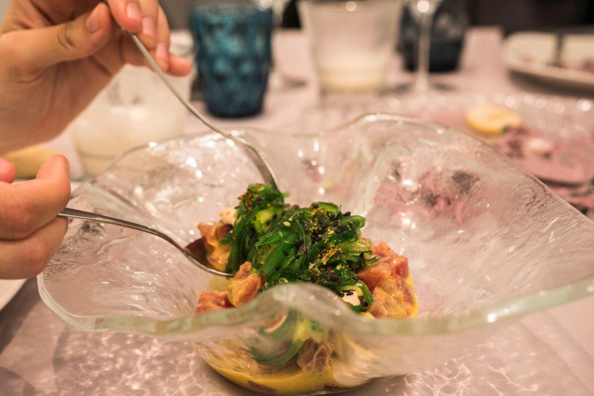 Tartar de atún coronado de alga wakame del restaurante peruano Commo Fusión, en Valencia.