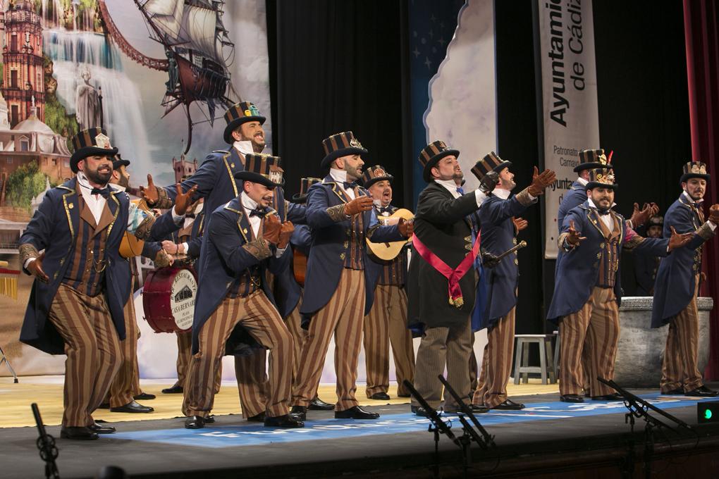 Actuación de la comparsa 'Un país llamado Cádiz' sobre las tablas del Falla. Foto: Manuel Fernández.