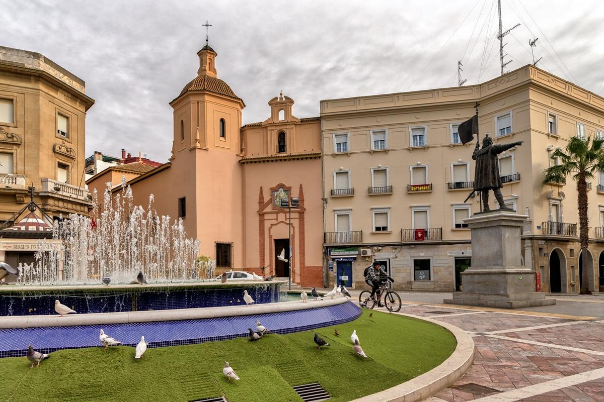 El monumento de Cristóbal Colón es el protagonista de la Plaza de las Monjas. Foto: Shutterstock