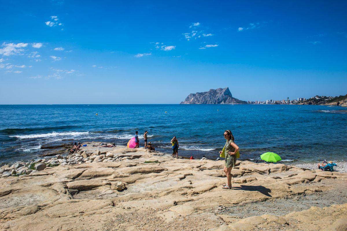 Ambiente en cala Baladrar, en Benissa, Alicante.