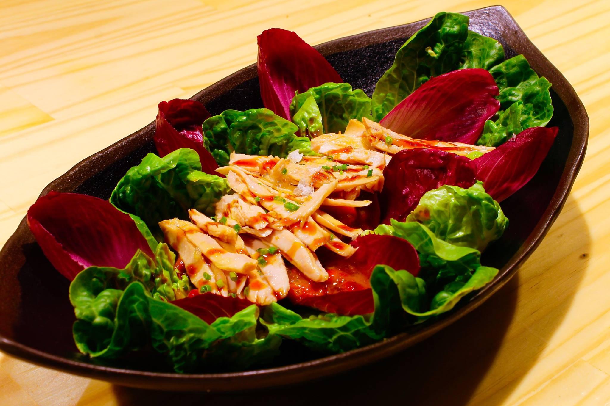 Ensalada con cogollos de lechuga, endivia morada, ventresca de bonito y pimientos asados al sarmiento y la encina. Foto: El Sacacorchos.