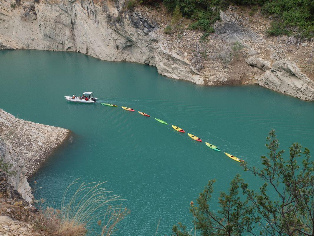 Una lancha arrastra a los kayaks vacíos por los acantilados del Congosto de Mont Rebei. Foto: Shutterstock.