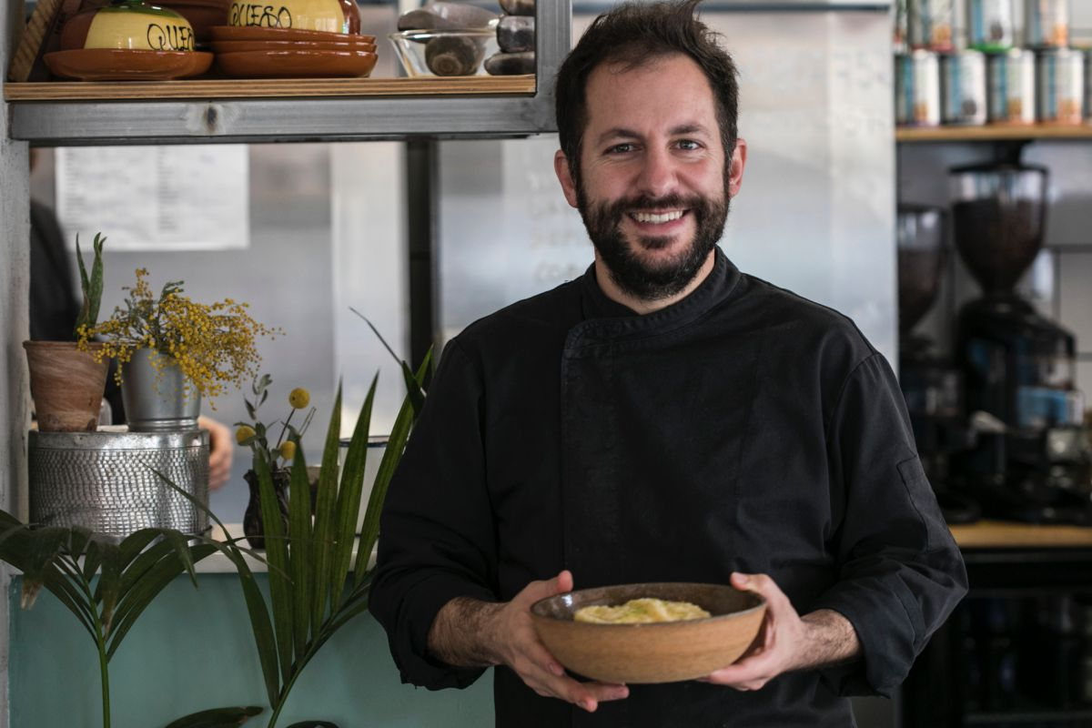 Sergio Mendoza, propietario del restaurante peruano El Observatorio, en Valencia.