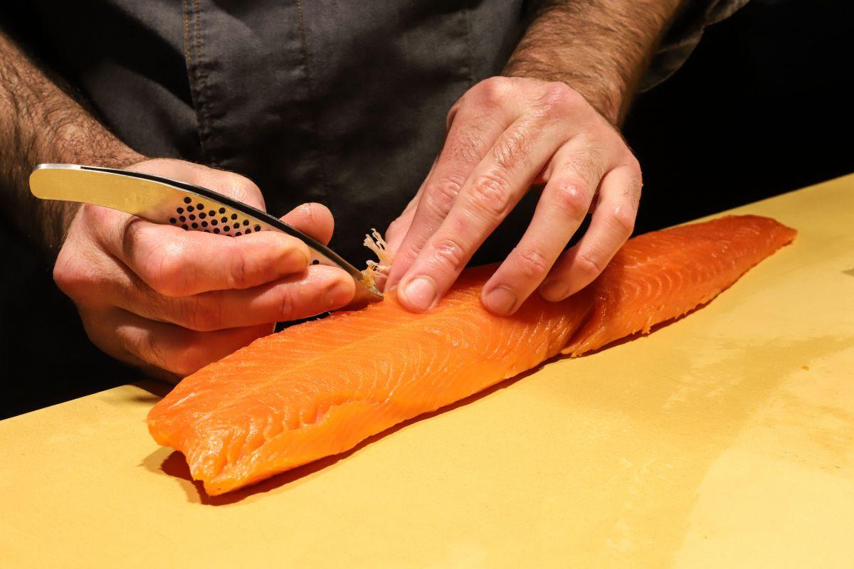 Desespinando salmón.