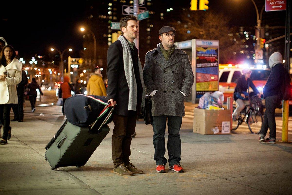 """Con las maletas a cuestas en 'Vida inesperada"""", con Javier Cámara. Foto: D.R."""