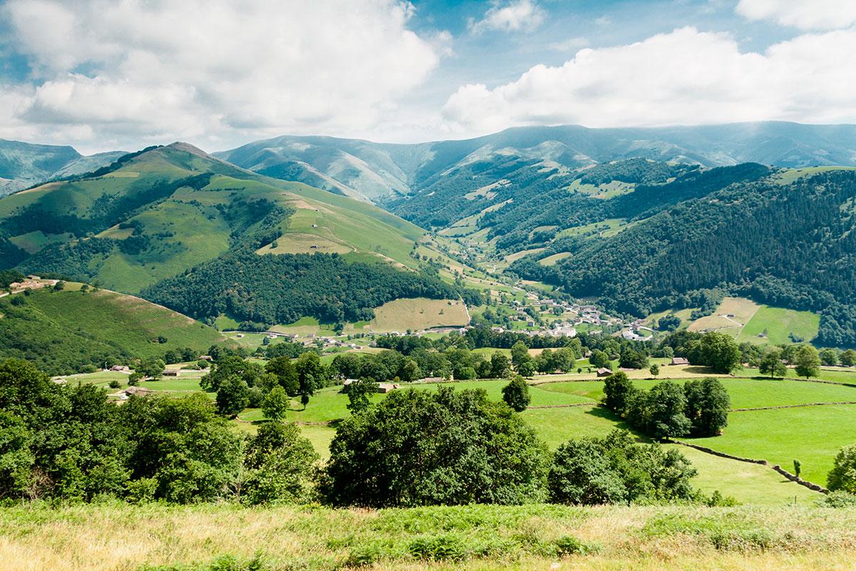 El verde de las montañas de Vega de Pas invita a pasar el día fuera.
