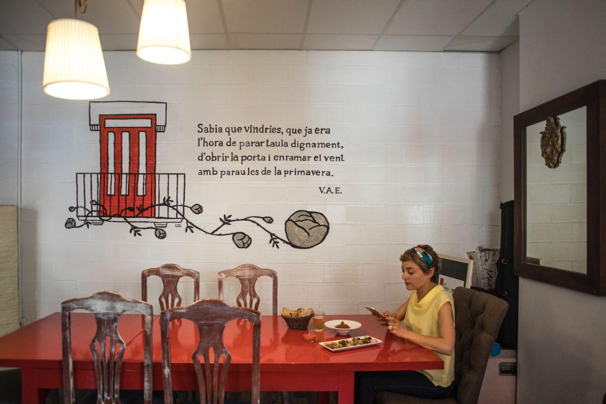 Una chica prueba los salazones y la 'titaina' del Cabanyal en el restaurante Mar d'Amura, en Valencia.