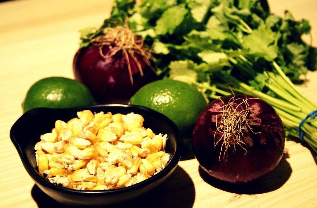 Cancha, limas, cilantro y cebolla morada, imprescindibles para un ceviche. Foto. A.C.
