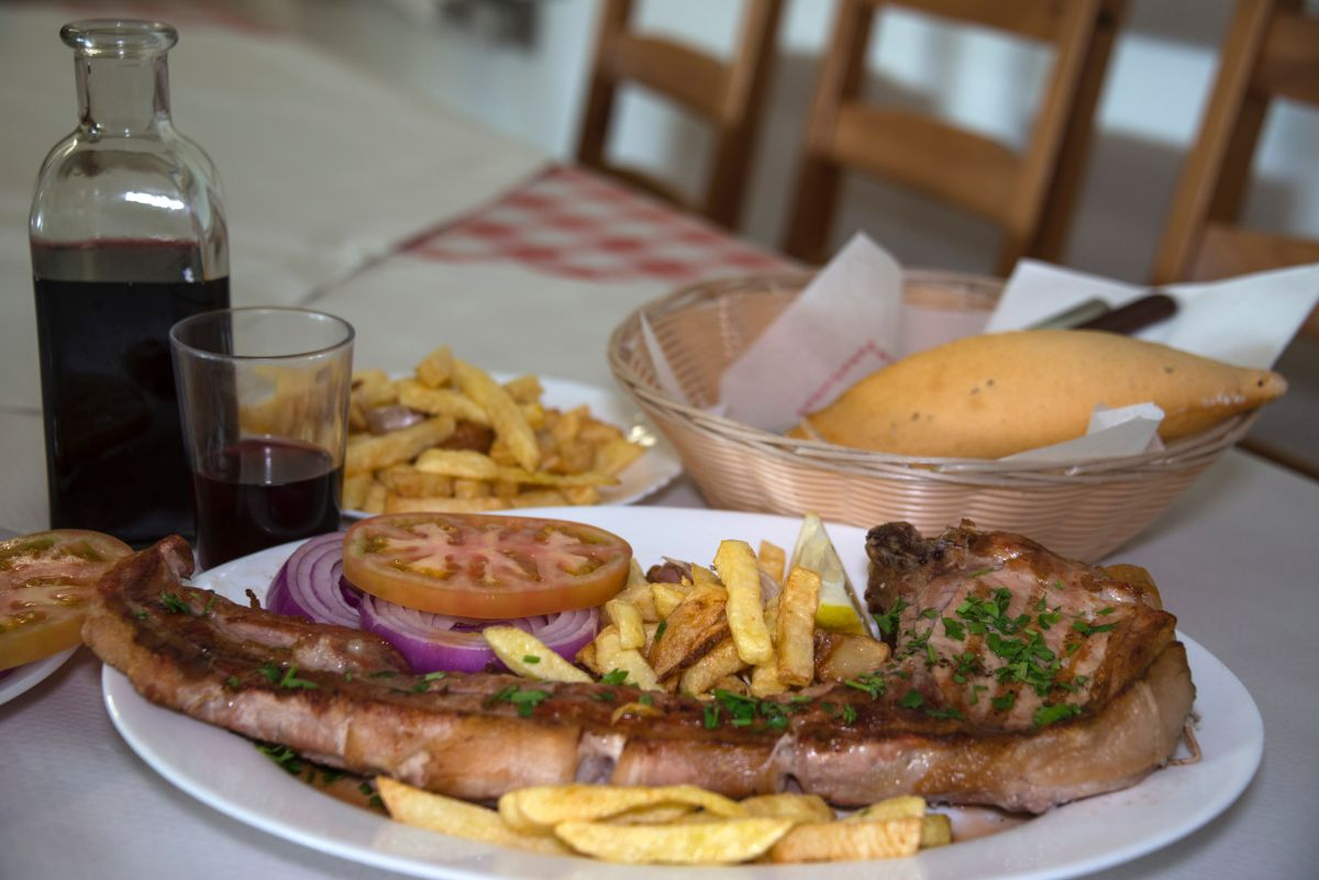 Plato de chuletón de cerdo de la granja El Cardón, de la zona de Teno, en Tenerife, del guachinche Quintero.