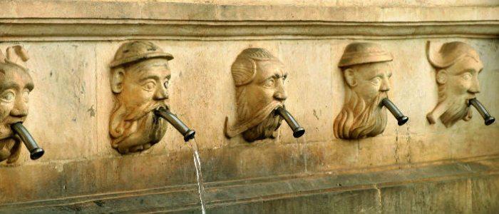 Caños de la fuente renacentista de Fonz.
