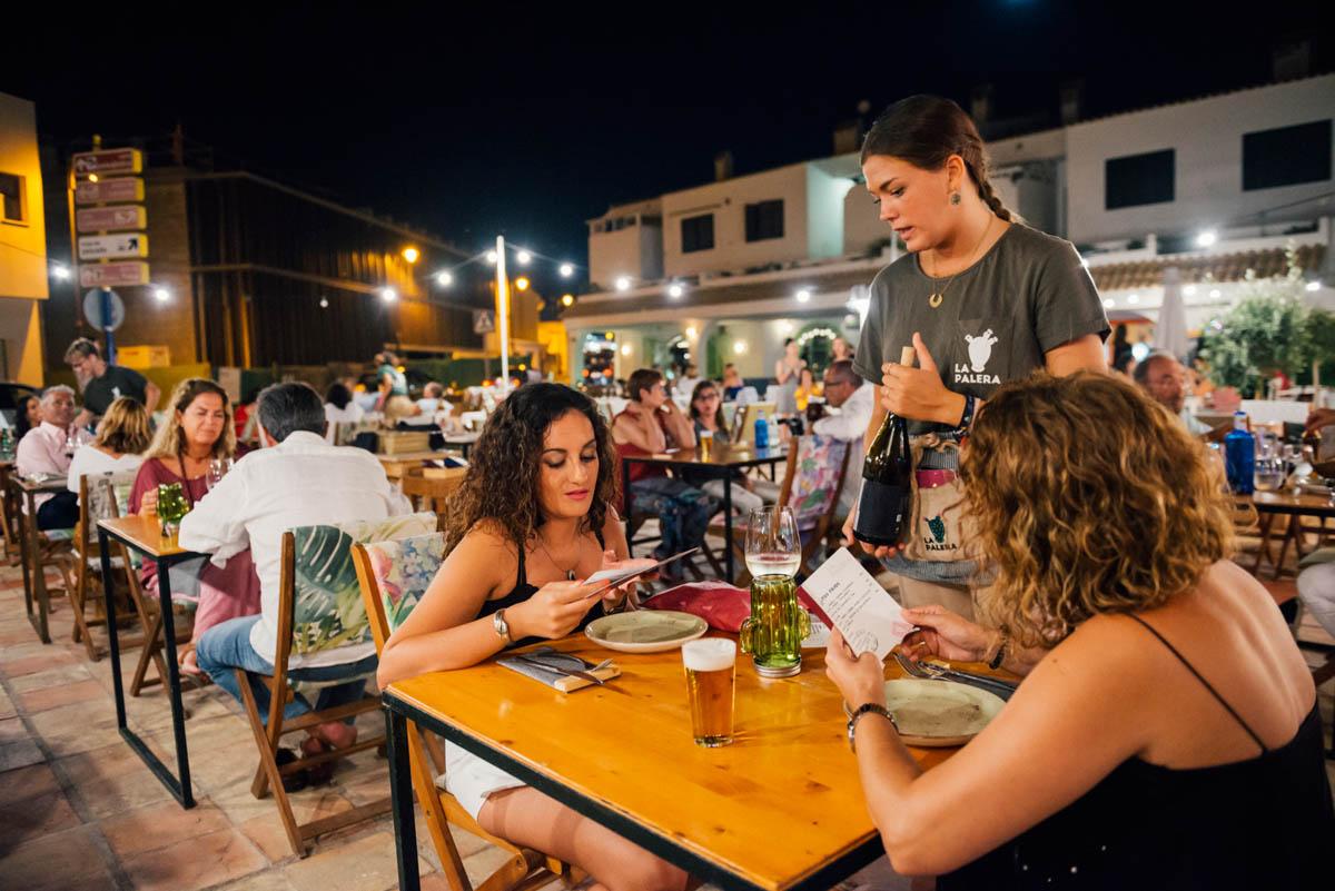 Acogedora y fresca, la terraza es el alma del restaurante en las noches de verano.
