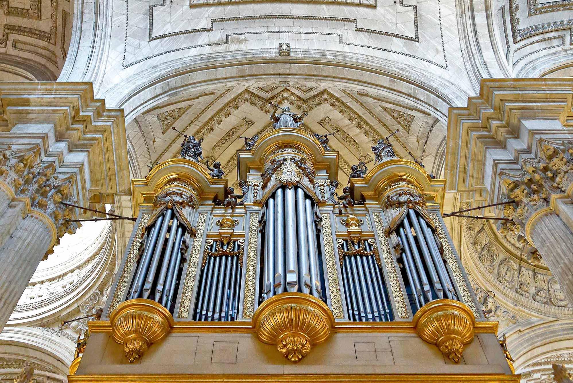 Los tubos con mayor envergadura del órgano simularon ser baterías antiaéreas durante la Guerra Civil.