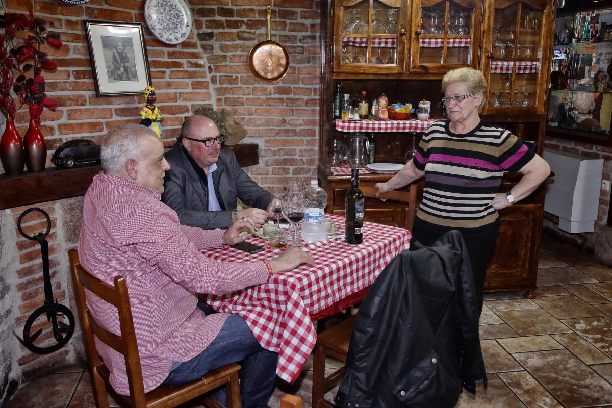 La dueña conversa con el alcalde de Peñarrubia, Secundino Caso, fan de su cocido.