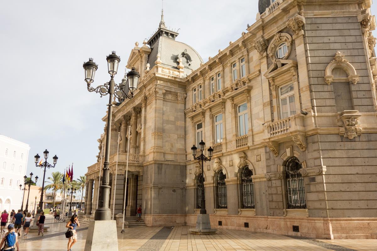 El Palacio consistorial de Cartagena, al lado del puerto. Foto: Ramón Peco y Manuel Martínez.