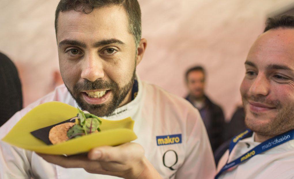 Diego Gavira junto a su tapa ganadora