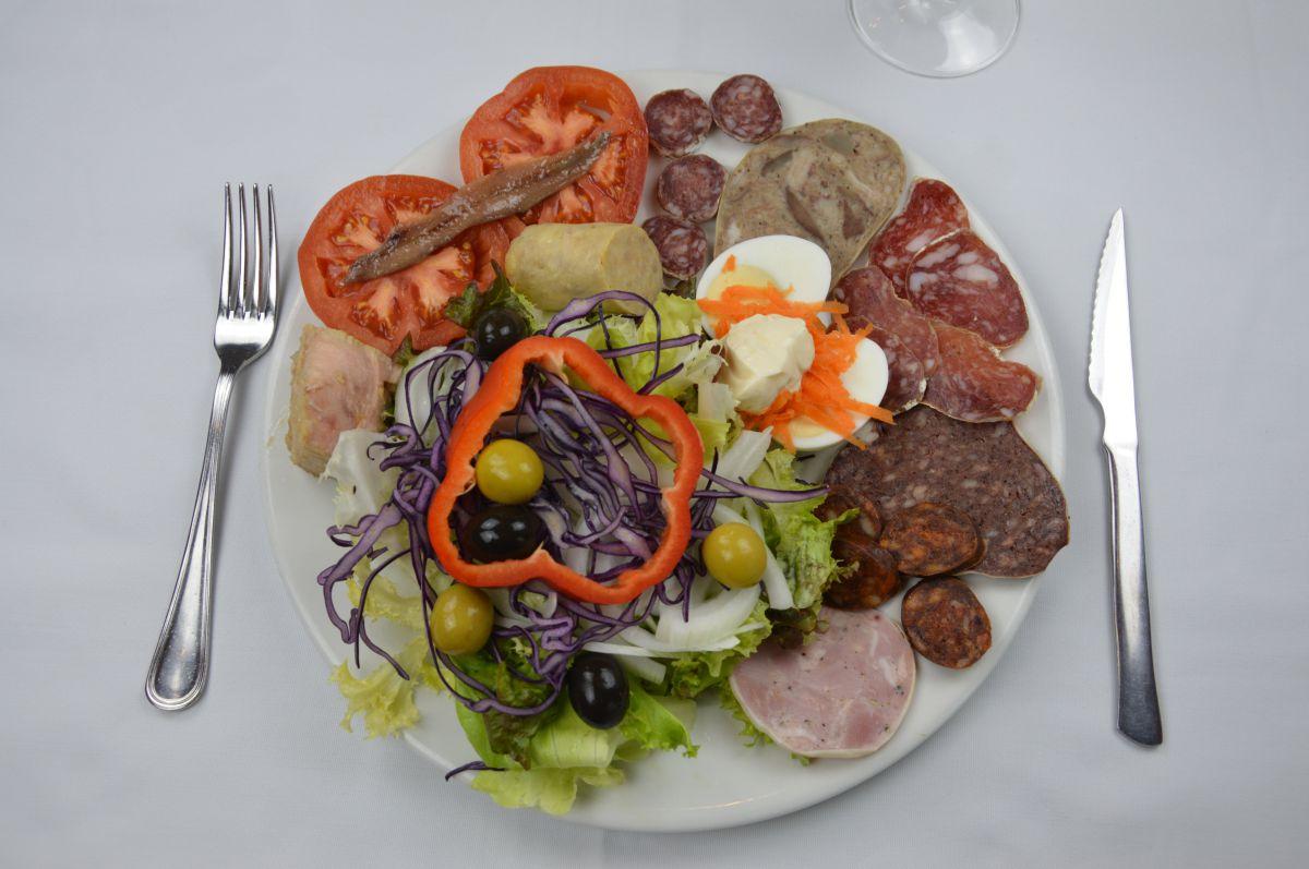 Plato de fuet y longanizas del restaurante 'Fussimanya', en la comarca de Osona, Cataluña. Foto: Fussimanya.